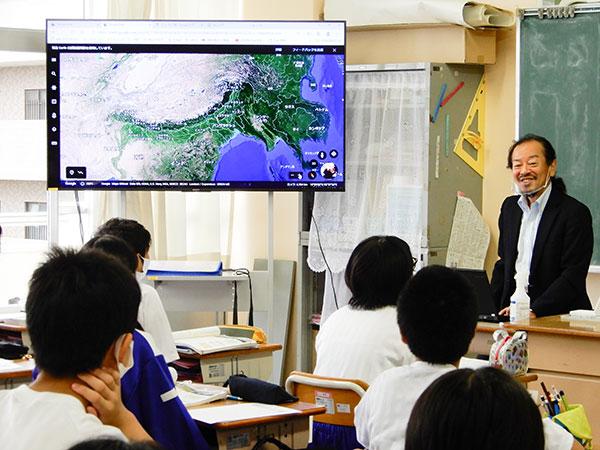 地図帳やGoogle Earthを提示