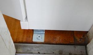 充電保管庫の固着金具は教員でも設置場所を移動できるように特注
