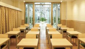 10階のマルチイベントスペースでは机を個別にして三密を回避し感染を予防する