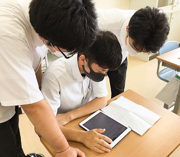 特別支援学校では1人ひとりの支援内容に合わせた様々なアプリで学ぶ