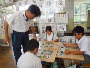小学4年生の児童は、理科の授業で旬の野菜について学んだ