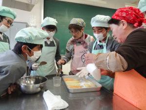 小学6年生の学級活動では、晩白柚の砂糖漬の作り方を教わった