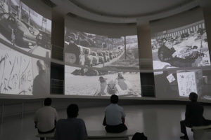 導入として、床面を含めた7面スクリーンで映像を上映。震災前後から現在に至るまでの生活の変化などを紹介