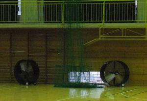 送風機の置き方を工夫して体育館の広い空間を換気している