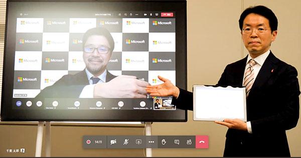 日本MS執行役員常務佐藤亮太氏(画面)と澤川和宏 ・千葉県教育委員会教育長(右)が画面越しに握手