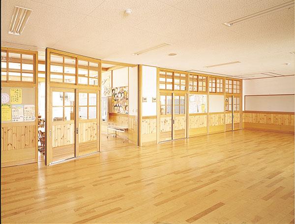 「サンスクール」の木製間仕切