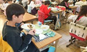 給食で登場したのは「ニジマスの西京焼き」。肉厚で味わい深く児童も完食