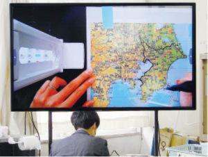 4K実物投影機により地図帳上で千葉県をトレースする方法を見せた