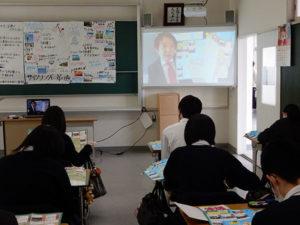 SDGsマップの説明をする寺本教授