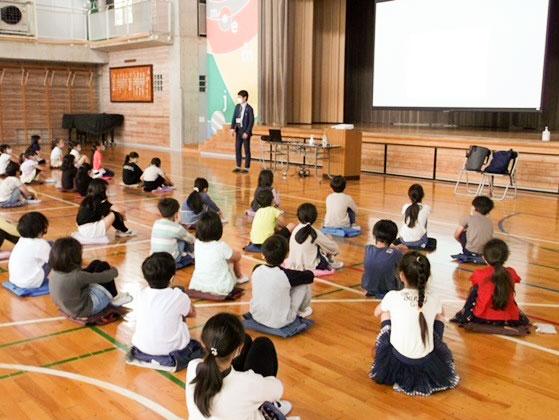 授業は体育館で密を避け間隔をあけて行われた