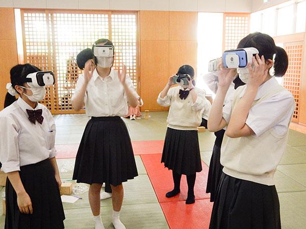 VRゴーグルをつけて沖縄の海底を進む