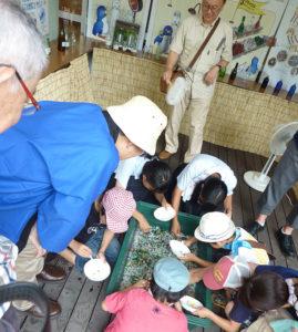 尼崎市のイベント会場でカレットの選別体験